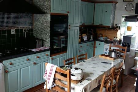 Private room in granite family home - Vale