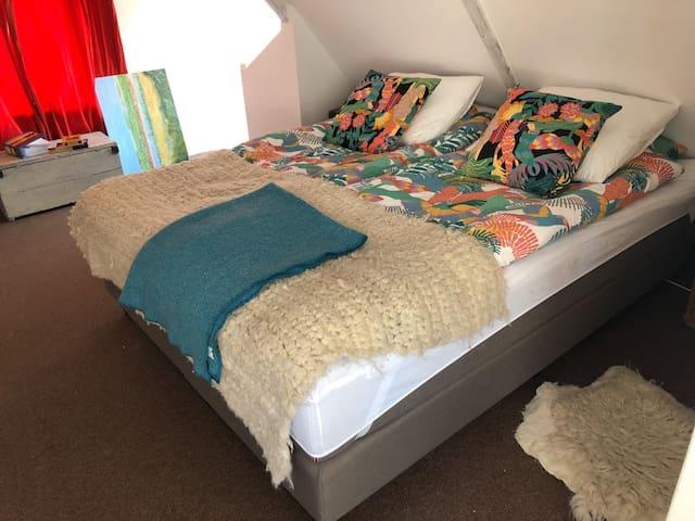 Een heerlijk groot bed van 180 bij 220 cm. Dus ook geschikt voor de lange mensen.  Ik maak alle bedden op met één persoons beddengoed.