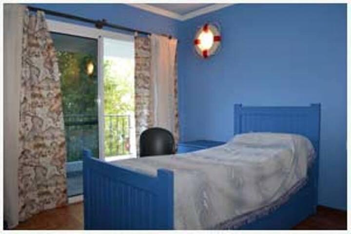 Dormitorio con dos camas de plaza y media en forma marinera con salida al balcòn.