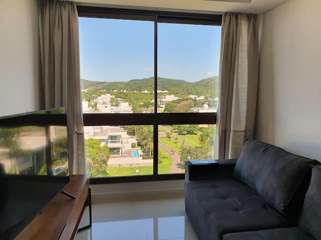 Sala do apartamento - vista para o bosque Amoreville e ciclovia