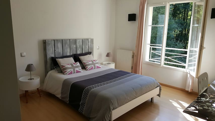 Parental bedroom with bathroom and breakfast - Élancourt - Bed & Breakfast