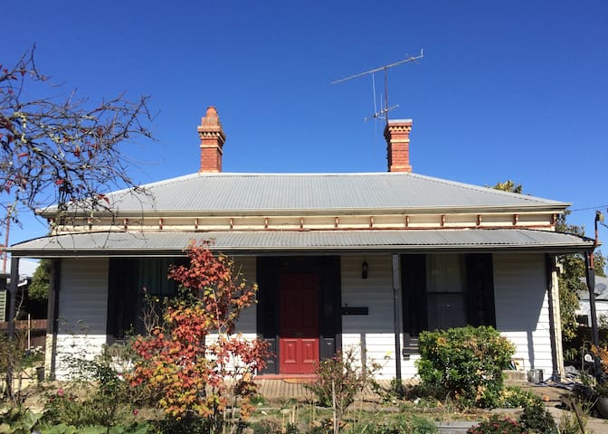Cosy Kyneton room - Hanging Rock & Piper St nearby