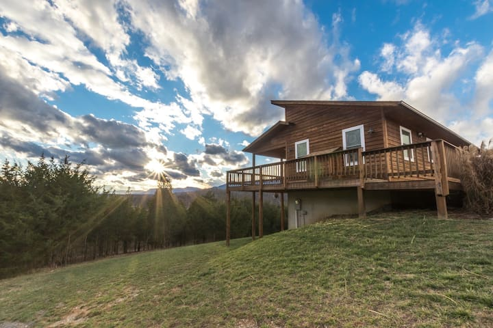 """Sundance"" Spectacular Mountain Views w/Hot Tub"