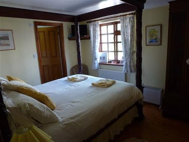 Burton Farmhouse - Large Double Room