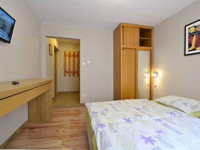 nowy pokój z łazienką w willi w lesie