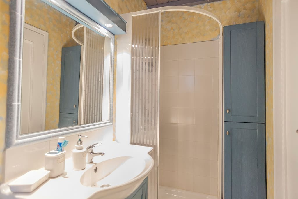 Bathroom 1, en suite