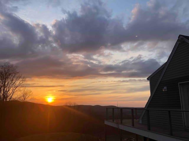 Modern Retreat with Gorgeous Mountain Views