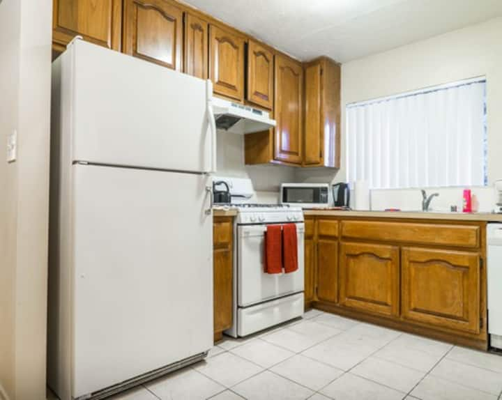 Female Only Lovely Room w/Bath - Westwood/Century