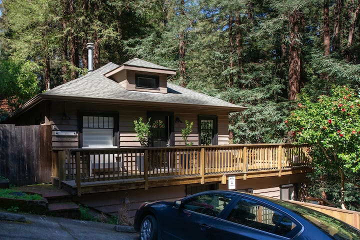 2bed w/deck in Redwoods - a walk to trails & town