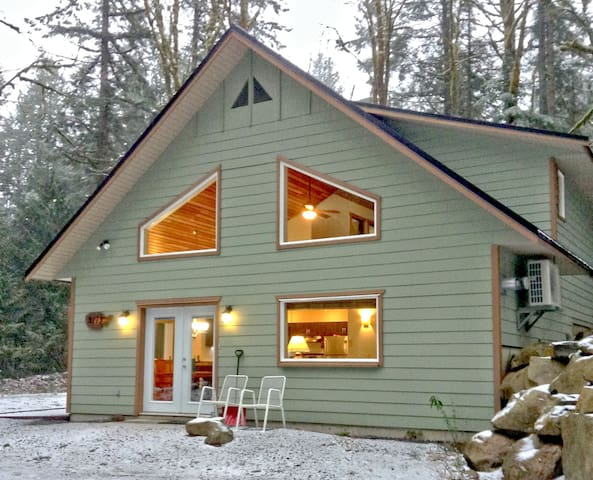 Mt Baker Lodging Cabin #2 - New 4 bedroom, 2 bath that sleeps up to 10-persons.