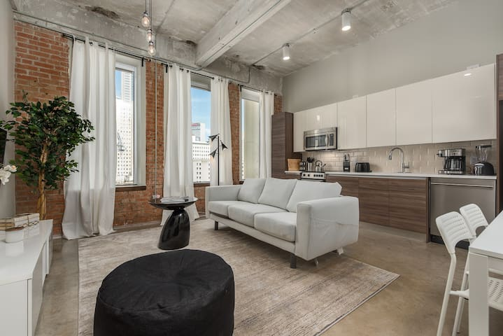 Dazzling WHITE 2BD with gorgeous view of Downtown