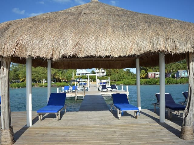 Studio apartment at beautiful Palmetto Beach. Steps to beach dock and ocean.
