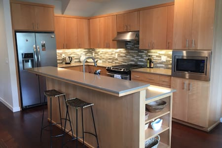 Crescent Townhouse in Highly Desired Area - Eugene - House