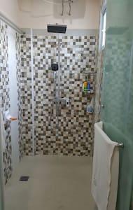 Master Bedroom jacuzzi an shower - Medan