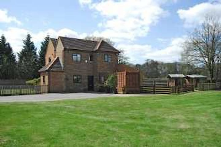 5 Bedroom Cottage on Golf Course, Ascot - Winkfield Row - House