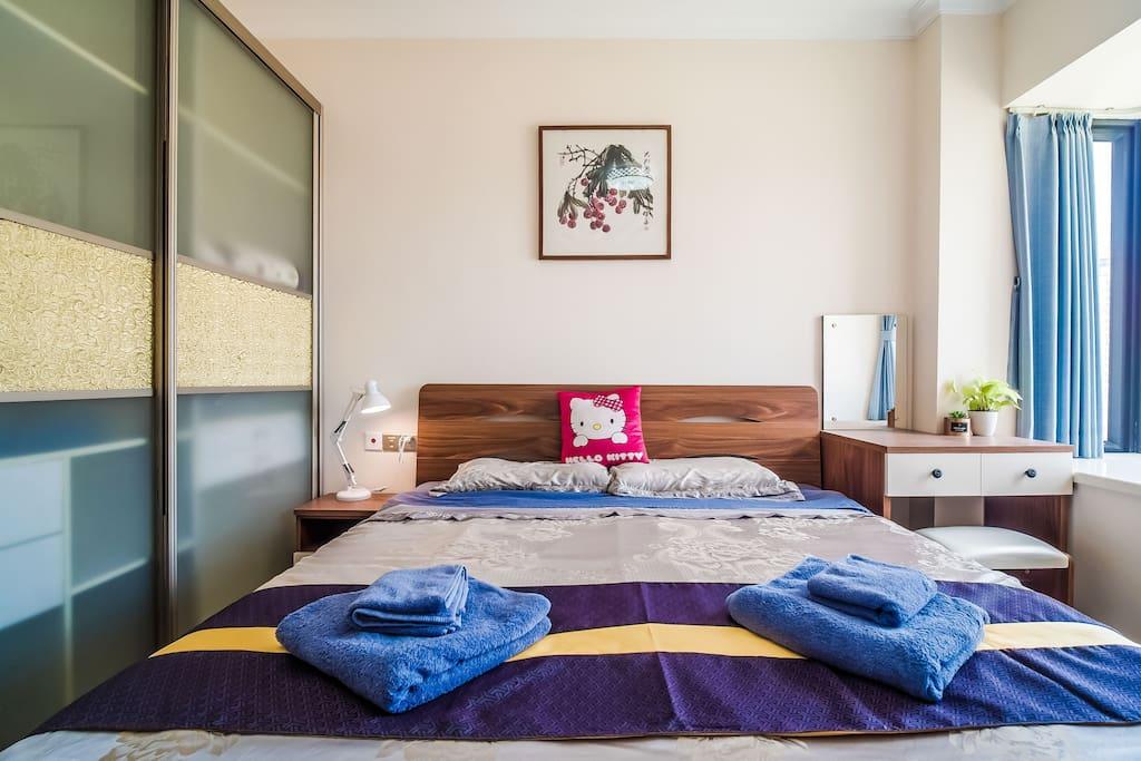 主卧配1.8米大床及梳妆台