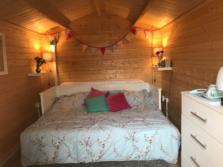 The Roberts Lodge - A Cosy Glamping Experience