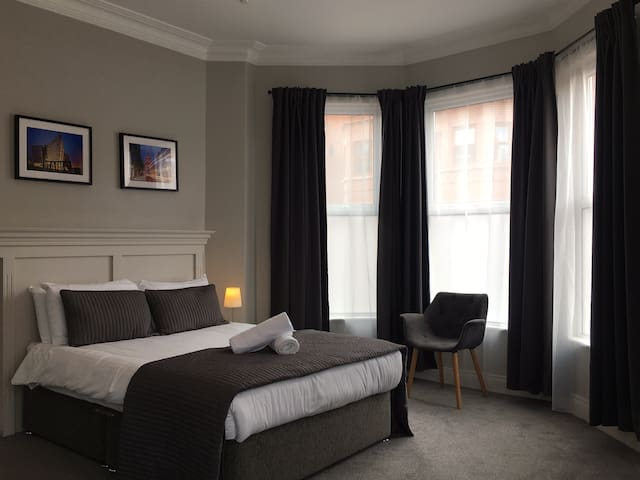 DELIGHTFUL DOUBLE ENSUITE ROOM, NO.5 *QUEENS 1/4*