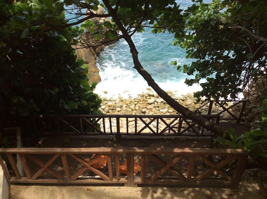 Playa privada  de reserva ecológica. Oleaje fuerte y es de piedras redondas.