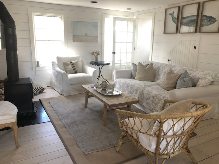 Walk to town, comfy & spacious abuts conservation