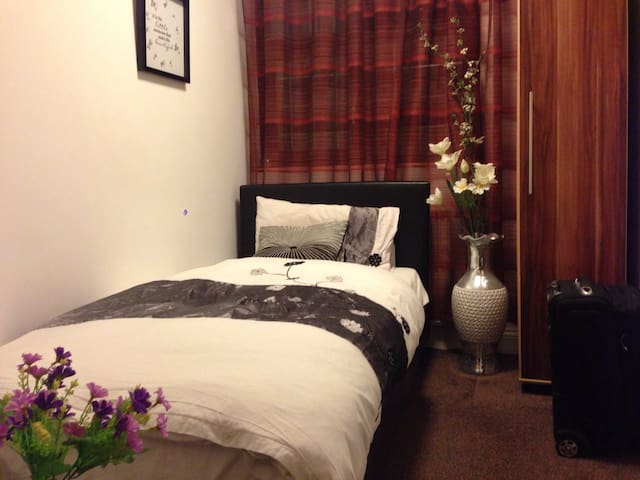 A Cosy Single Room in a Charming House+Pick Up Svc - Chigwell - Hus