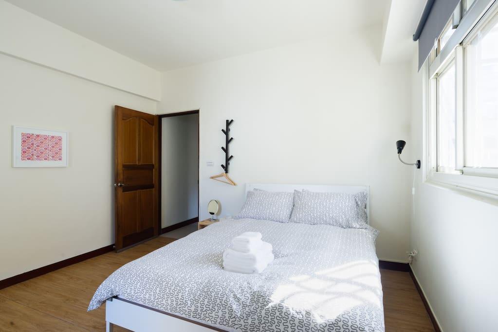 簡單、舒適、寬敞的雙人套房。IKEA雙人獨立筒床墊組(標準雙人床尺寸)及百貨公司專櫃羽絨枕及羽絨被。Simple,comfort,spacious Double Suite. IKEA double independent tube spring bed, and pillows and duvets of department store.
