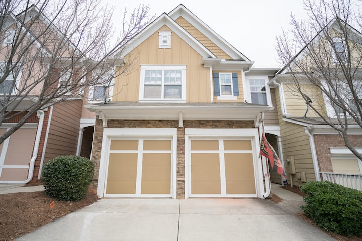 Entire Townhome/ Easy Hwy Access.  Master Bed Room