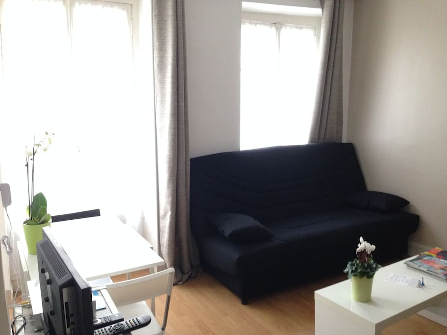 living room with 2 bed-couch confortable
