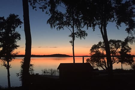 Lakefront cottage 50 minutes from Stockholm