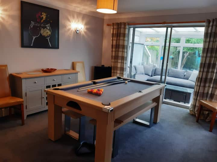 Newly redecorated 3 bedroomed semi with pool table