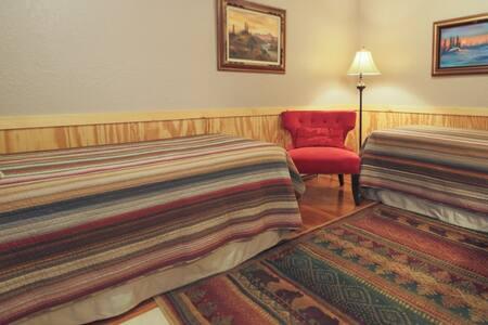 Charming Waterfront Inn - Sea Otter Room