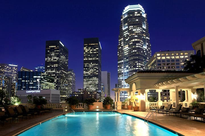 REAL DEAL PRIME BROADWAY ROOFTOP POOL,GYM,PARKING&