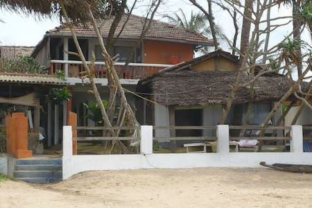 On the beach Hotel in hikkaduwa with private beach - Guesthouse