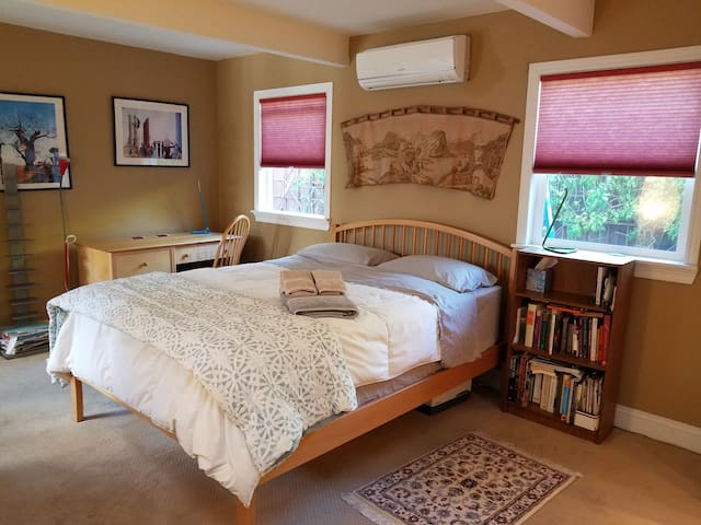 Spacious master suite in Redwood City