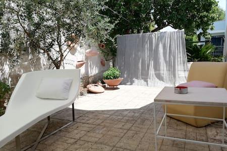 Villetta con giardino, patio e parcheggio.