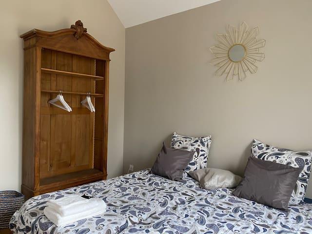 La Chambre Beige, 1 ère chambre , haut de plafond, que vous trouverez en 1/2 palier. Possibilité de préparer avec 2 lits de 90x190, ou en lit queen size.
