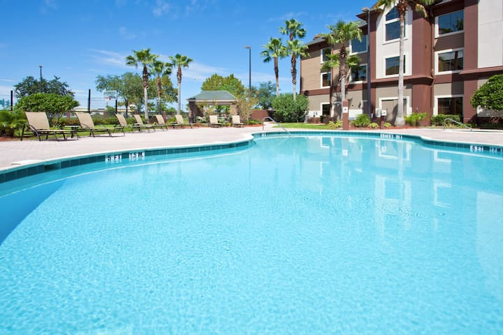 Only 1.5 Miles from Orlando International Airport + 24 Hour Fitness Center   25 Minutes to Disney World