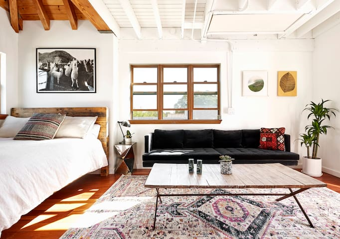 Light-filled Top Floor Guesthouse with Patio