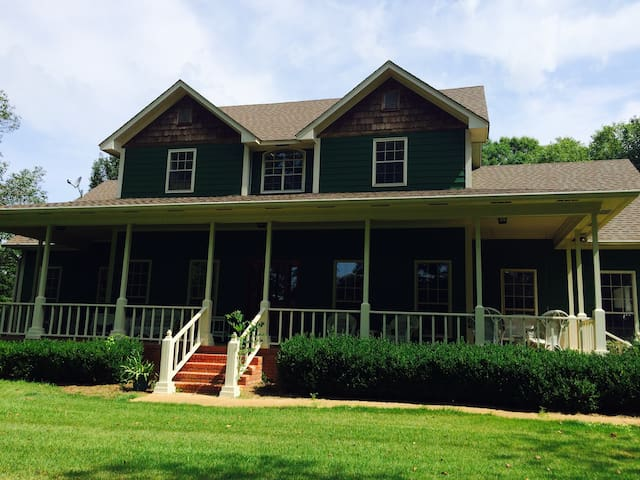 Beautiful Country Home Close to Town!