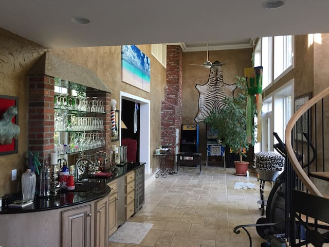 Walking distance to the plaza. Br1