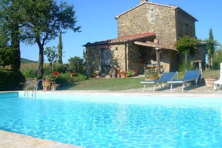 Restored farmhouses with large garden and pool - Sorano - 独立屋