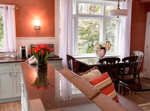 Sunny Cottage Oasis: Easy Boston/Cambridge Access