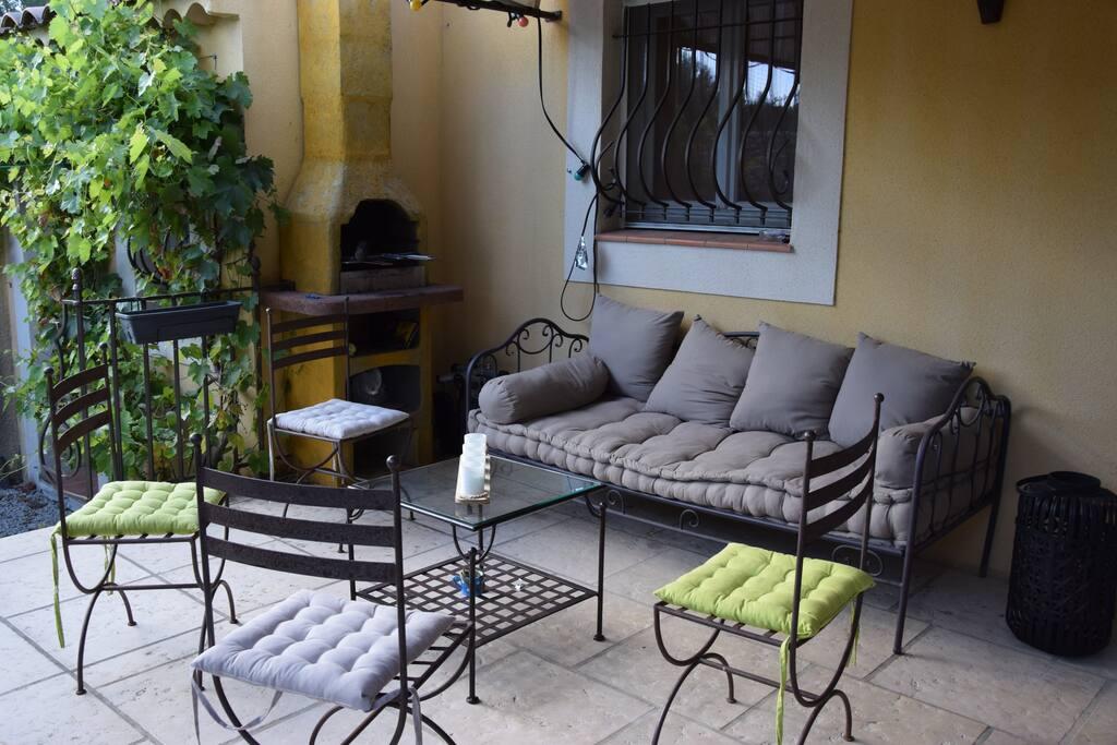 Salon extérieur et barbecue