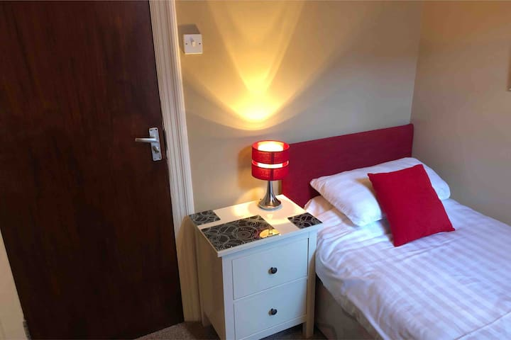 Single en -suite room with breakfast in B & B