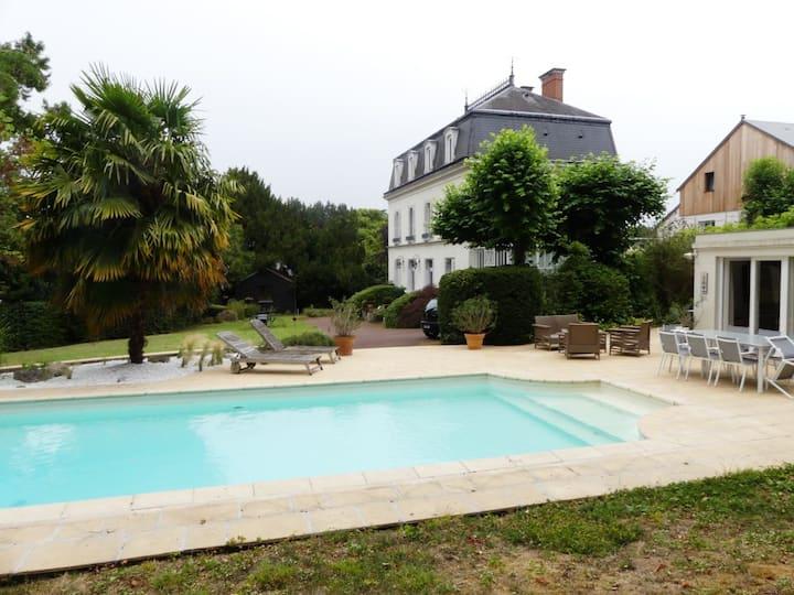 Dépendance avec grand jardin et piscine