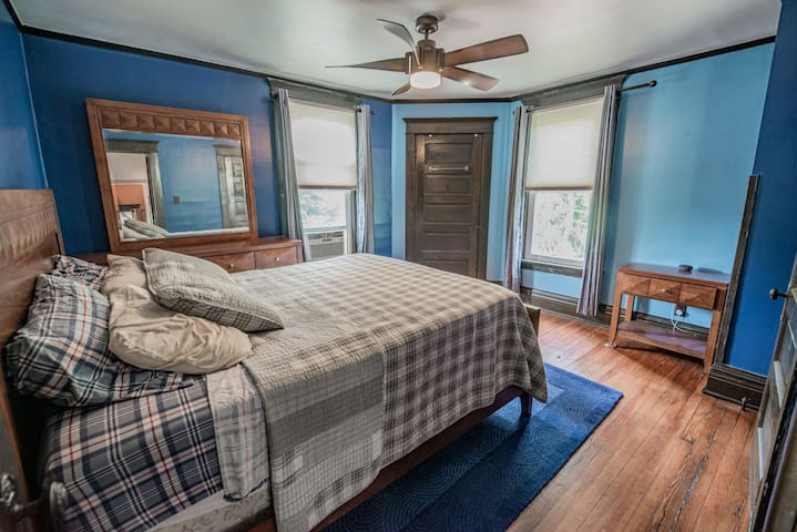 Delightful Bedroom in Historic Area Near Downtown