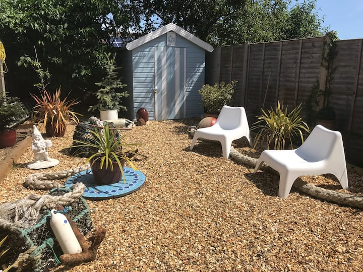 Cosy Garden flat with beach hut ...New Forest stay