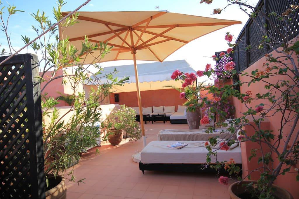 La terrasse du Riad Pénélope vous attend pour vos bains de soleil, petits déjeuners ou diners