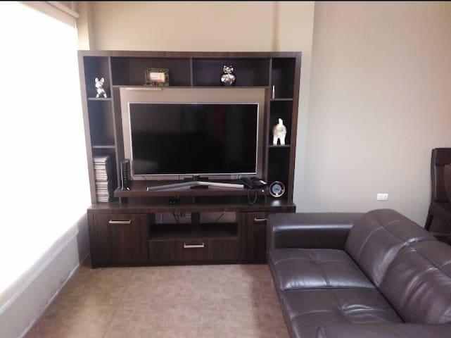 La sala cuenta con decoración moderna, sofás de 100 % cuero, cuenta con televisor 55 pulgadas, Internet, cable, wifi y teléfono fijo.