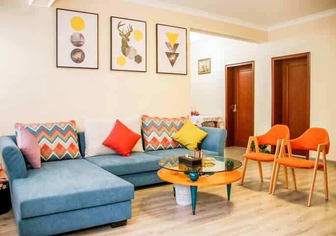 简欧风格,家具皆为知名品牌,绿色环保,品质保证,每日打扫,干净卫生!40平大客厅,尽情party吧